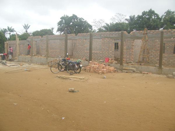 Bau der Schule in Modia