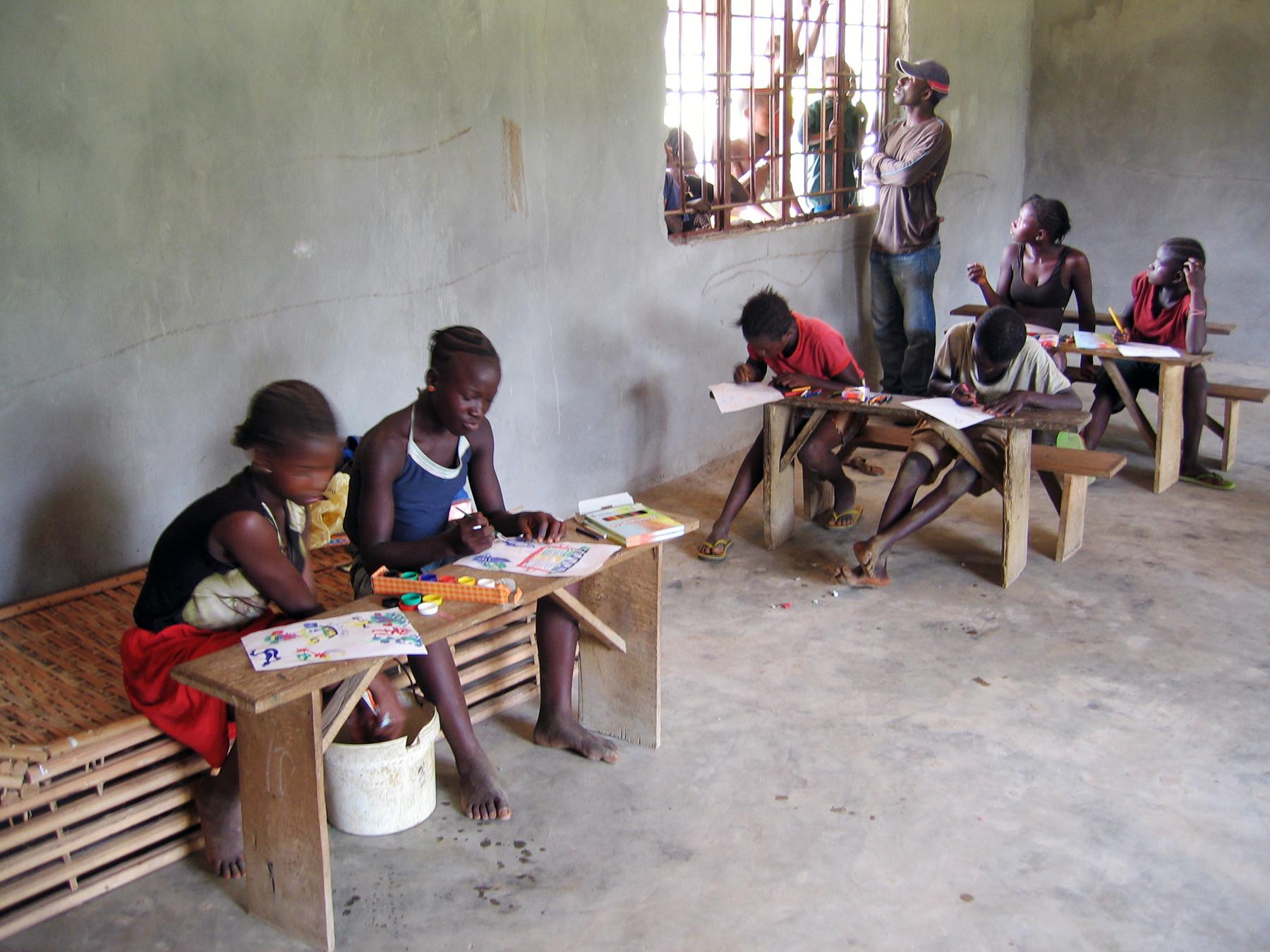 Schüler im Klassenzimmer in Forikolo